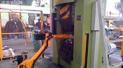 配合热模锻压力机的机器人