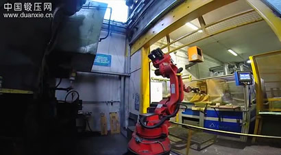 锻造生产线上的柯马机器人
